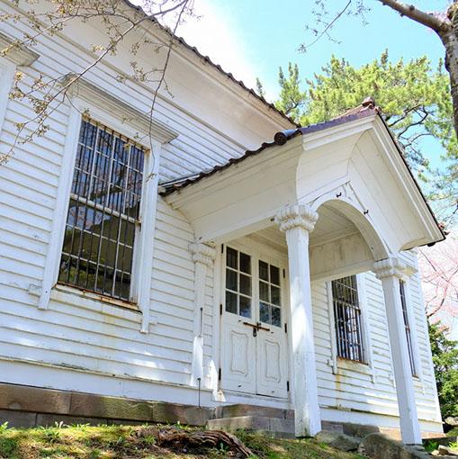 画像: 三角屋根の玄関が特徴。