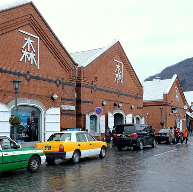 画像: 昼間はタクシーや観光客でごった返していますが…、