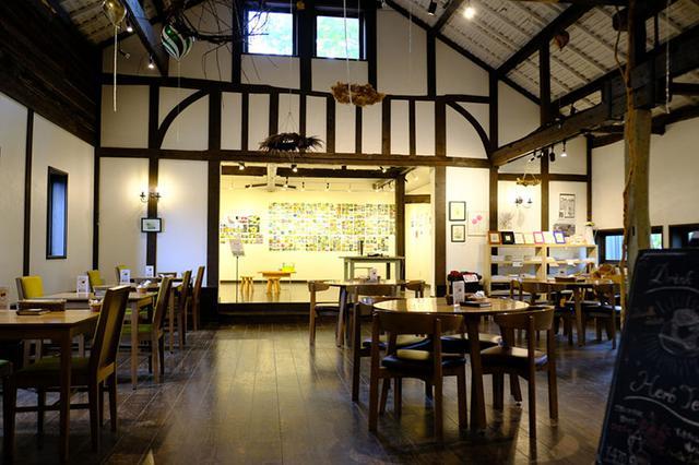 画像: 食事ができるカフェとお花の雑貨などが購入できるショップ、奥にはギャラリーもあります。