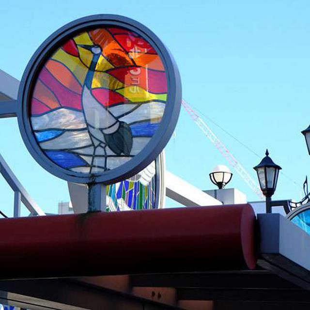画像: 北大通のバス停その2。ステンドグラス風?の鶴モチーフ。