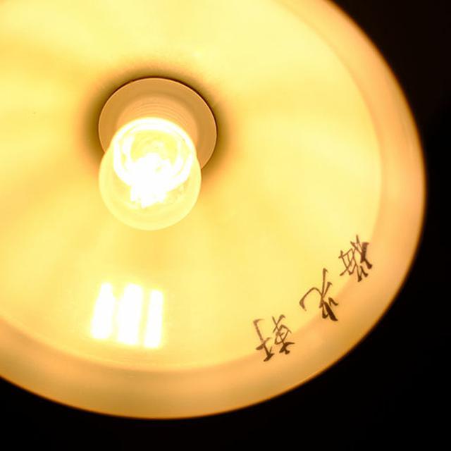 画像: ロビーのペンダントライト。よーく見ると…。旭川の有名ラーメン店のどんぶりでした。
