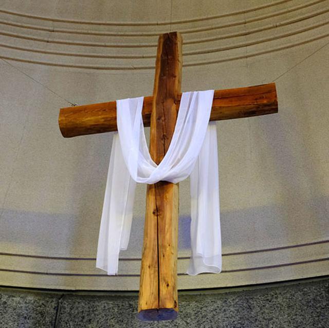 画像: 十字架は珍しく無垢材で作られていました。