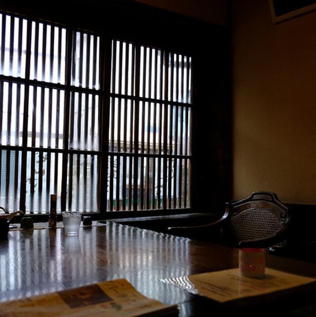 画像: 窓際の席からは外を観光する人たちがにぎやかです。