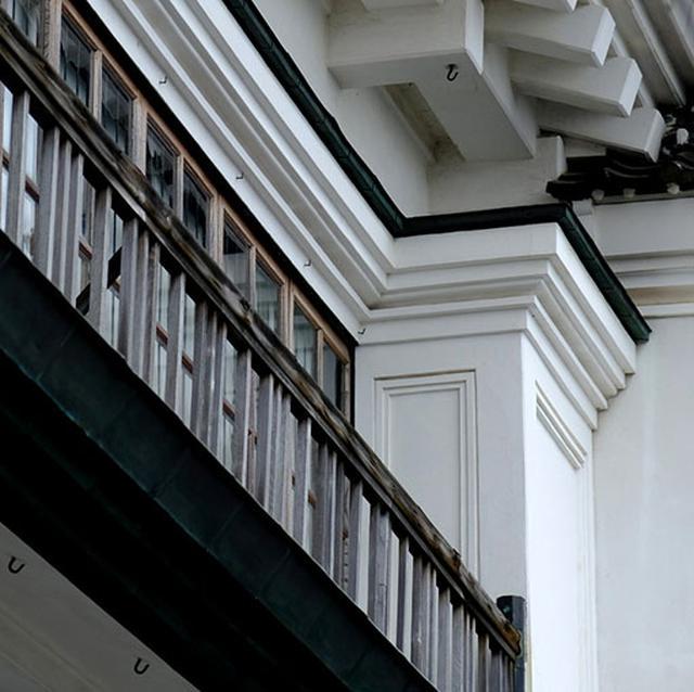 画像: 洋館の要素と瓦や銅板など和風の要素が交じり合う意匠。