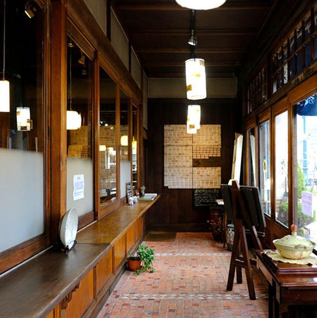 画像: 入り口は雪国ならではの二重玄関。一代で財を成した梅津家の繁栄を表すような立派な造りでした。