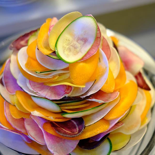 画像: 花びらを重ねたようなサラダの盛り付け。いろんなアイデアが詰まったモーニングビュッフェです。