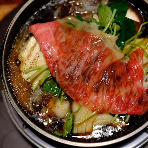 画像: 割り下も注ぎ入れぐつぐつと煮立てます。お肉は赤い色が少し残るくらいで引き上げて卵にくぐらせて。