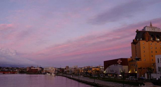 画像: 釧路川の東方向もピンク色になり始め、いよいよこの日の夕日も終わりです。