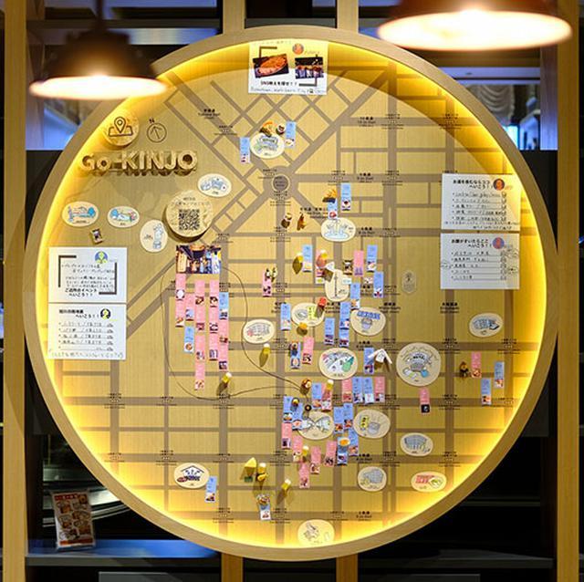 画像: 周辺の地図とおススメスポットが手作り感いっぱいに展示されています。OMO7 旭川では「GO-KINJO」サービスを展開しています。ホテルを中心とした徒歩園内をOMOレンジャーと呼ばれるガイドと共に街歩きしたり、お店を紹介してもらえたりする地域密着型のサービスです。
