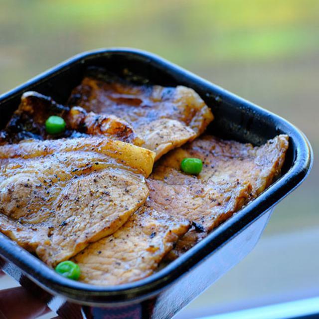 画像: 特豚丼。豚肉のおいしさはもちろん絶妙なタレがさらにお肉のおいしさを際立たせている。ぜひぜひ味わっていただきたいお弁当で