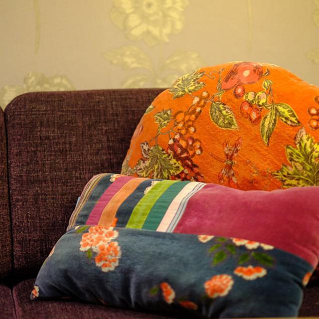画像: 壁紙や額縁、ファブリックや家具に至るまで、ボタニカルな空間にまとまっています。
