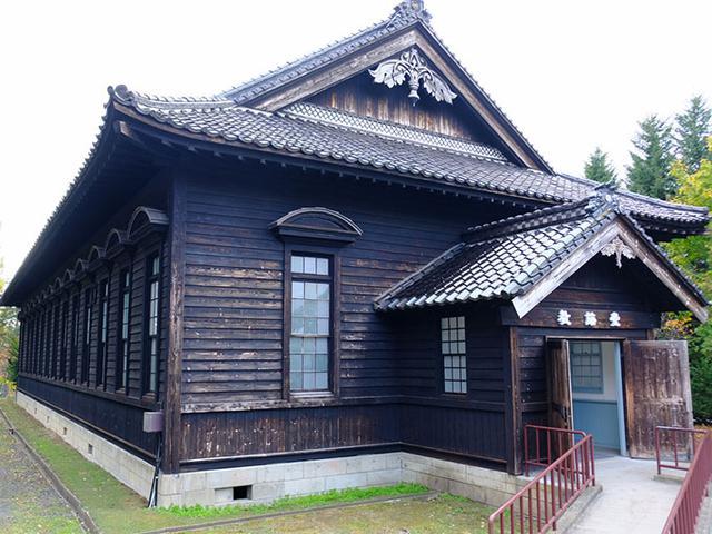 画像: 立派な屋根を持つこちらは「教誨堂(きょうかいどう)」。宗教的な指導を行うための会堂。
