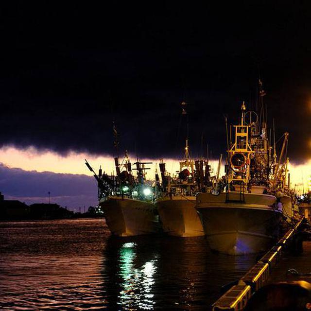 画像: 夕日に合わせたかのように出航していく漁船もありました。(急に真っ黒な雲がすごいです…!)