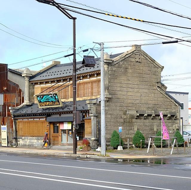 画像: いよいよ近づく旭橋。そのたもとで1軒のお店へ立ち寄り。古い建物をリノベーションしてオープンした「福吉カフェ」。