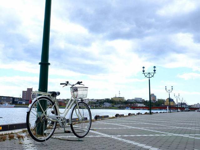 画像: 川沿いは広い遊歩道になっているので、自転車で走るのに十分です。気持ちいいのですが、走っても走ってもなかなか地図が進みません。北海道、やっぱり広い!(笑)