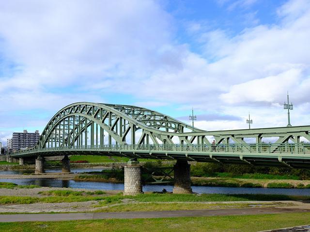 画像: なんとも美しい橋。これが旭橋です。旭橋は自衛隊(旭川大七師団)が戦車でも渡れるように頑丈な橋を建てたため、当時の技術の粋を集めて架けた橋。