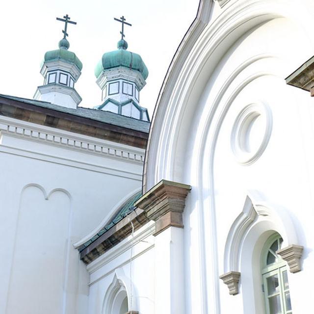 画像: 6つある玉ねぎ型のドーム「クーポル」はロシア風ビザンチン様式とよばれる建築。