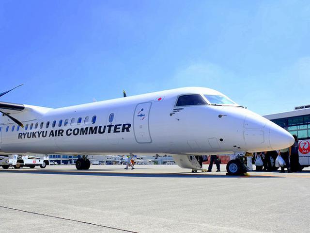 画像: おなかも満たされて、いよいよ久米島フライト!ボーディングブリッジ無しで飛行機まで歩いていって乗りますよー。JALグループの琉球エアコミューター(RAC)。