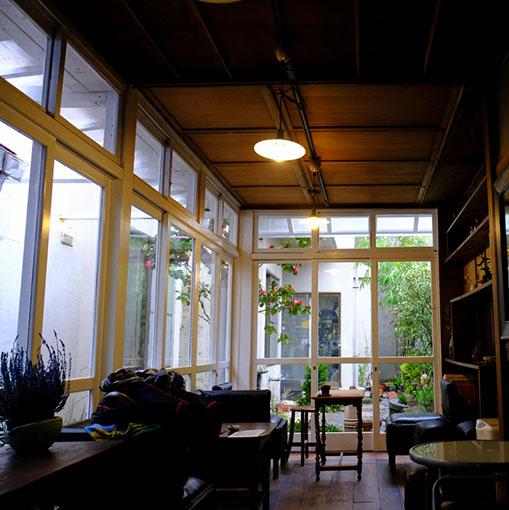 画像: 中庭に面したサンルームは今後カフェ営業が始まるのだとか。日差しが差し込んで気持ちのいい空間になりそう。