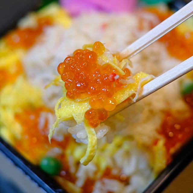 画像: 錦糸卵とイクラの彩りも良く、ごはんには優しい出汁醤油の味がしみ込ませてありました。人生で一番おいしい駅弁かもしれません。