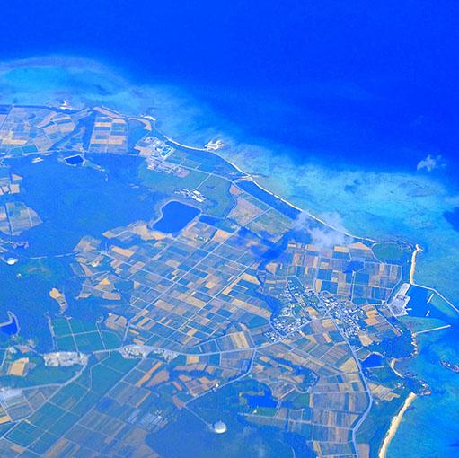 画像: 那覇空港まで2時間半。お天気よくてあっという間です~。窓際席にしてよかった。初めて沖縄に行った学生時代も、飛行機からの海の美しさに感動したものでしたー(遠い昔)