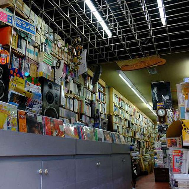 画像: もしかしたら掘り出し物が見つかるかも?そんな1階のお店はレコードや古い雑誌が並んでいます。