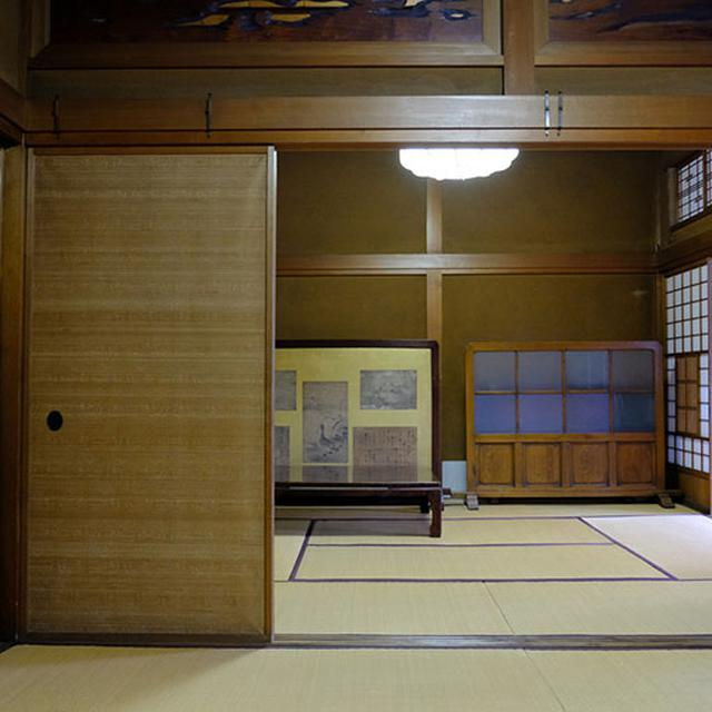 画像: 茶会なども行われるという和室。「しけ絹」を使った表情豊かなふすま。一見ナチュラルでさりげないようにも見えますが、絹張をした高級ふすま。ちなみに現在伝統的織物としてのしけ絹は富山県で1軒の企業が作るのみとなっており、大変貴重なんですよ。