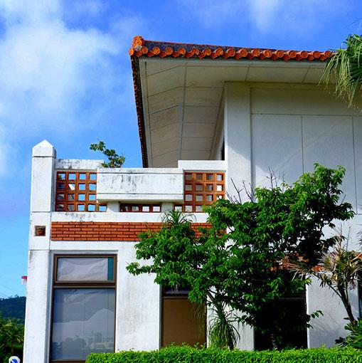 画像: コンクリート造りで沖縄風の赤瓦やレンガなどを組み合わせた建物。