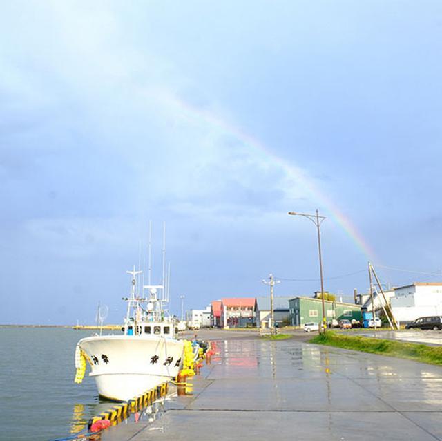 画像: やっと雨あがる。そしてオホーツク海に虹がかかりました!この先の旅も楽しくなるなと確信したのでした。