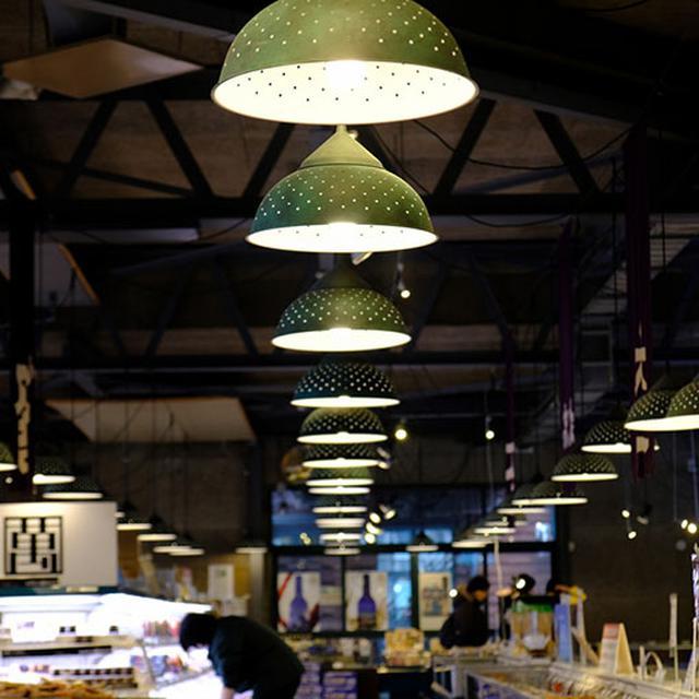 画像: はこだて海鮮市場。溢れるほどの北海道のお土産が並んでいます。ここもなかなかおしゃれな造り。