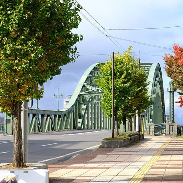 画像: トキワ焼きテイクアウトで橋へと向かいます。
