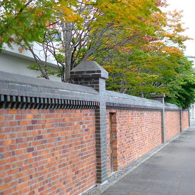 画像: 帯広の古いもの探検。長い壁はその敷地の広さを物語る。