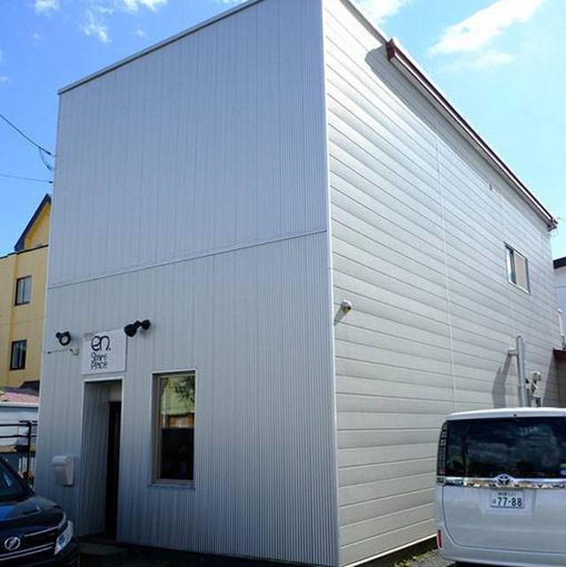 画像: 鳥取大通沿いのシックな建物です。