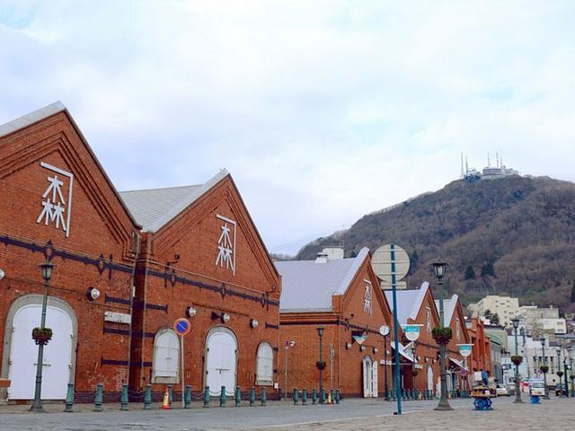 画像: 函館のシンボル、赤レンガの倉庫が並ぶ「金森倉庫」。