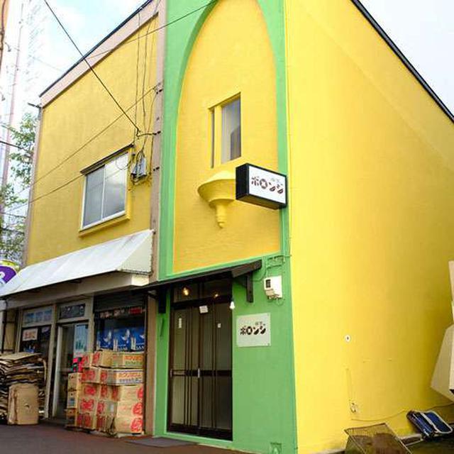 画像: 黄色い建物のグリーンで囲われた部分がボロンジ。奥に細長いお店です。