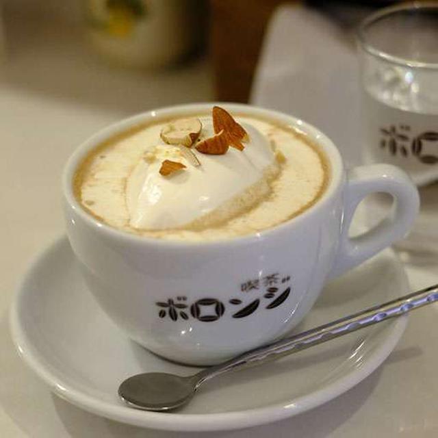 画像: アーモンド・オレ。オリジナルカップは大きくて量もたっぷり。 ふんわりと泡立てた生クリームと優しい甘さ。アーモンド風味がどこか懐かしい。