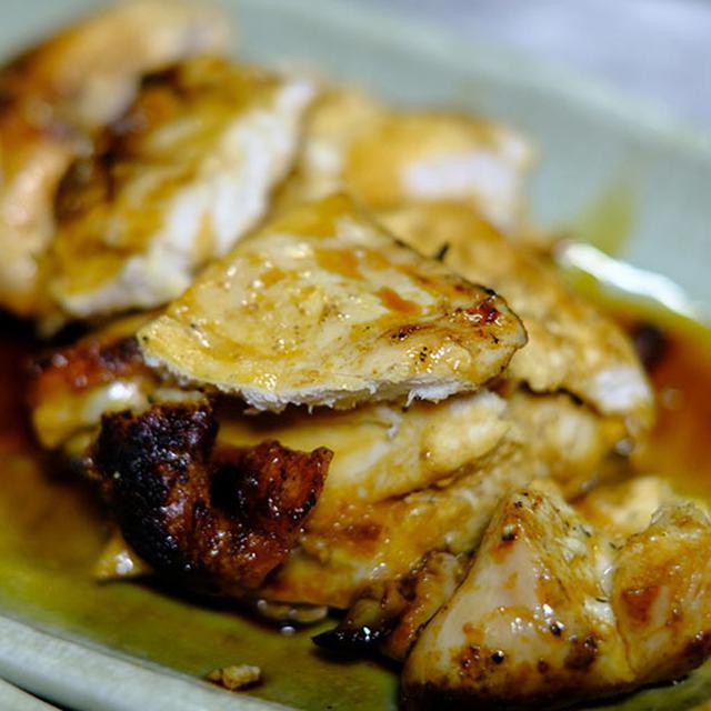 画像: こちらが新子焼き。鶏の半身を炭火で素焼き。そこに塩かたれを選んで味付けしてもらいます。