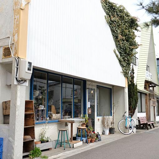画像: 白と青のすっきりとした建物を目指してください。