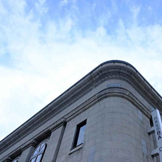 画像: 旧安田銀行函館支店。改装されて現在はホテルとして利用されています。八幡坂の坂下にあります。