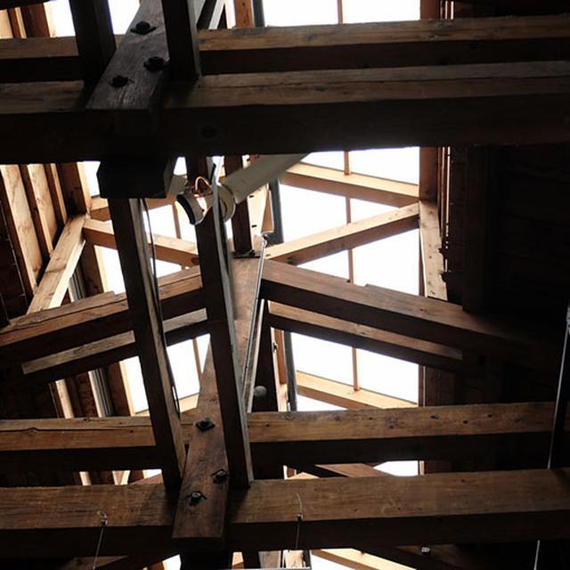 画像: 元倉庫は、広く使うために柱をなくすため「木造トラス式」が用いられています。ちょっと上向いて、天井も見てみてください。