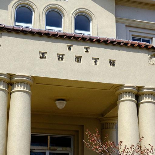 画像: 「市立函館図書館」。工事の最中でした。補強などをし、今の図書館の書庫として使われているそうです。