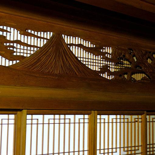 画像: 書院欄間の彫り。富士山でしょうか。