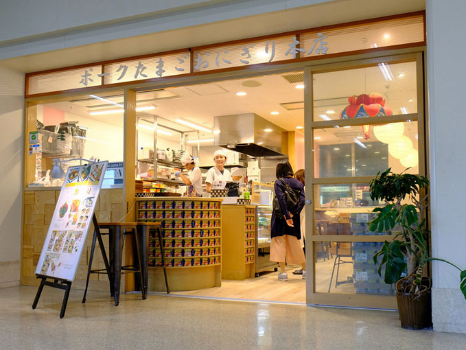 画像: 那覇空港1階にある「ポークたまごおにぎり本店」で朝ごはん。