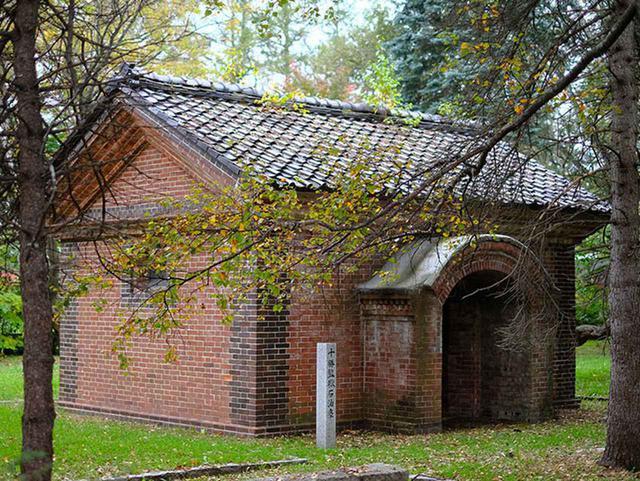 画像: 緑ヶ丘公園内、グリーンパークの一角にひっそりと残された歴史的遺構「十勝監獄石油庫」。外観だけ見ることができます。明治33年に建てられた、灯油を保管する建物でした。