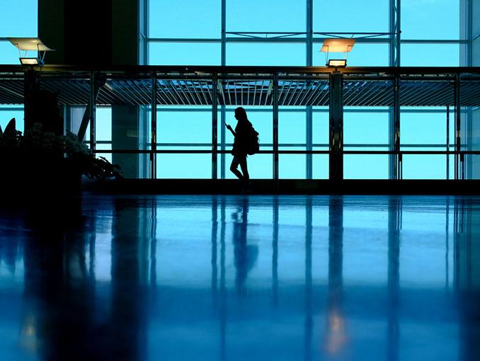 画像: 那覇空港キレイですねー、かなりなインスタ撮影スポット。空港内で楽しむって旅の上級者な気がする。今回は乗り継ぎもあったのでバックパックです♪