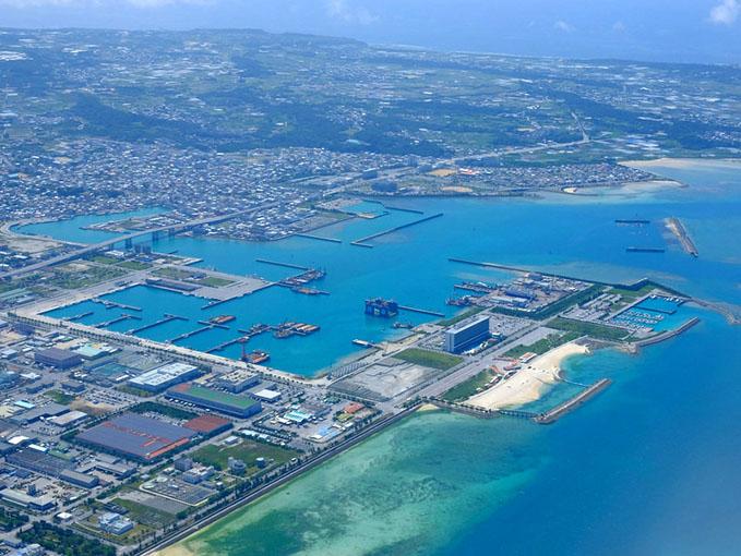 画像: 梅雨とは思えない沖縄の青。お隣に座っていたお父さんに「晴れててよかったねー。」って声かけられました。グラデーション美しい那覇エリアでしたが、ここからがもっとすごかった!