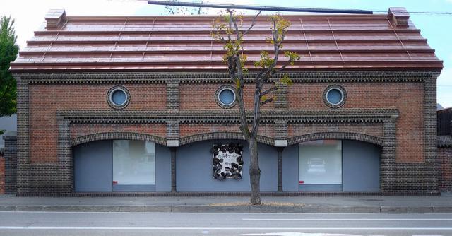 画像: 「旧三井金物店」跡地。幅広めの三連アーチが特徴的で、れんがは十勝監獄製。現在六花亭のコンサートホールとして利用されています。