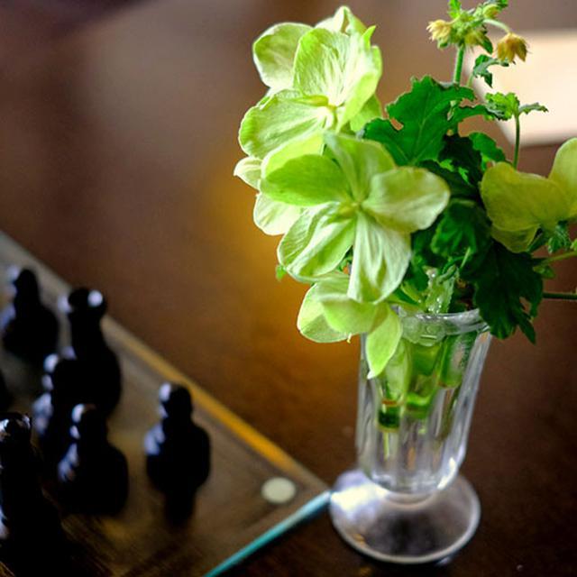 画像: 装花もセンス良く美しく。テーブル席とソファ席があります。