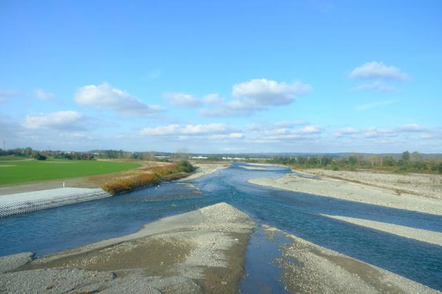 画像: 根室本線で超える、札内川。北海道の川はどこもまっすぐではなく自然のままのカーブが残っていて感動的。