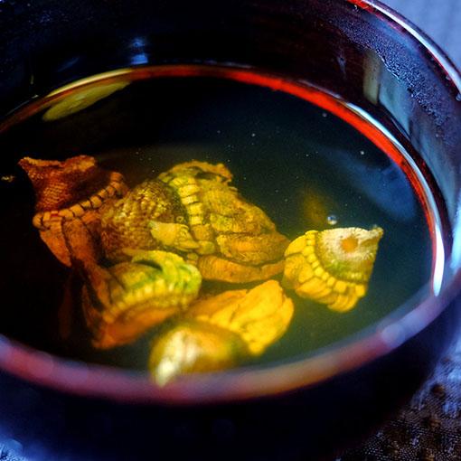 画像: カメノテのお吸い物。カメノテは貝の一種。ミネラルたっぷりな良い出汁が出ます。